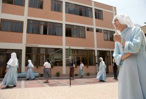 20140124_nuns_playing_volleyball_01